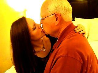 एक 82 वर्षीय आदमी को चूमने वाली गर्म महिला