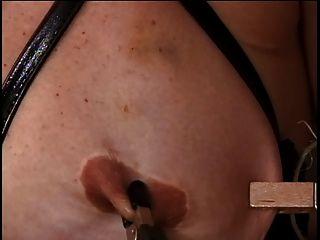 परिपक्व डब्ल्यू बड़े स्तन उसके निपल्स उसके मालिक द्वारा छेड़ा है