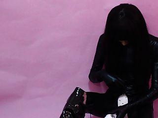 किगुरुमी रबर गुड़िया खुद के साथ खेलती है