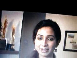 बंगाली गायक श्रेया गोशाल थूक और कमर पर बैठे हैं