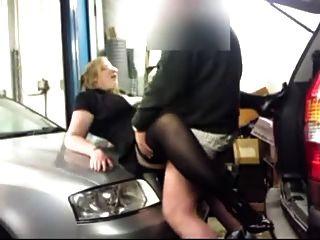एक गेराज में कमबख्त