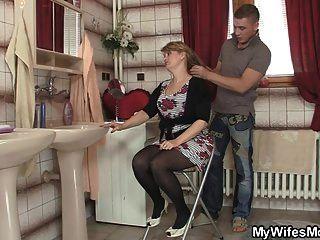 उसकी पत्नी को छोड़ दिया और वह उसे गर्म माँ बैंग्स