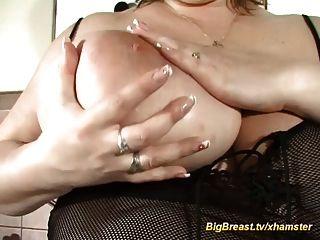 राक्षस स्तन अकेले घर पर