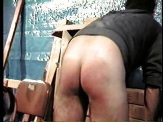 पिताजी अधिकारी द्वारा spanked