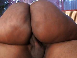 भारी स्तन के साथ मोटी काली वेश्या उसे बिल्ली एक कार के हुड पर चखा हो जाता है