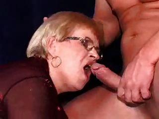 दादी और उसके चश्मे पर चेहरे पर