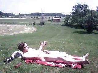 एक गर्म दिन पर बाहर masturbating