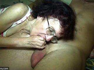 युवा लड़की और पुराने दादी बाथरूम में मज़ा है