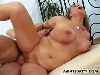busty शौकिया माँ बेकार है और चेहरे के साथ fucks