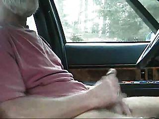 सफेद दाढ़ी वाली सेक्सी पिता कार में रिलीज करने की कोशिश करता है