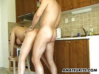 busty शौकिया milf उसके रसोई घर में सिर देता है