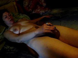 लिली एक बड़े लंबे dildo के साथ masturbates