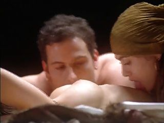 एलिसा मेलानो पिशाच को गले लगाता है (बिस्तर पर नग्न)