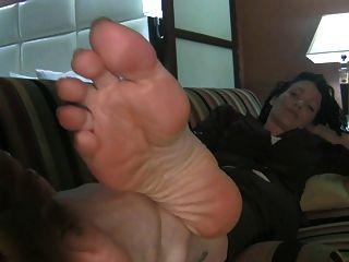 सोफे पर बड़े फीमेल पैर
