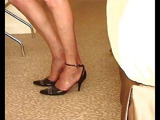 ft मोज़ा में natasha उसकी स्पीकी नायलॉन पैर दिखाता है