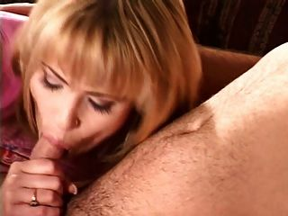 पति अपनी पत्नी और सहायक के सामने एक वेश्या fucks