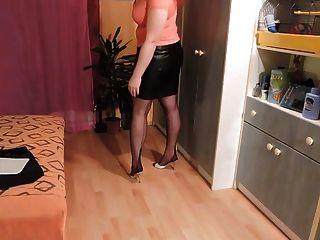 शौकिया चमड़े की स्कर्ट और नायलॉन मोज़ा
