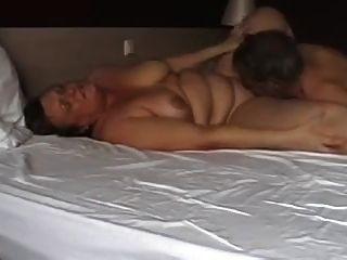 परिपक्व जोड़ी बिस्तर पर खेल रहा है