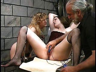 बासी झाड़ियों के साथ प्यारा मोटी समलैंगिक बीडीएसएम लड़कियों तहखाने में वाइब्रेटर के साथ खेलते हैं