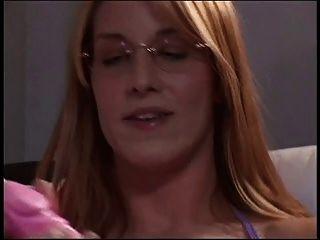 लंबे बालों वाला गोरा अकेले घर पर एक सोफे पर उसके अद्भुत स्तन की मालिश करता है