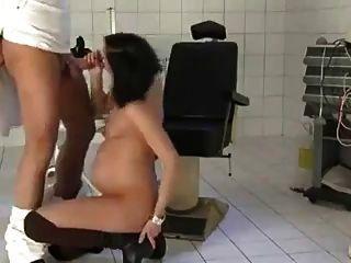 गर्भवती पत्नी उसके डॉक्टर द्वारा गड़बड़