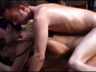 बड़े स्तन और दो आदमी के साथ फ्रेंच milf