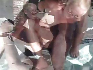 पूल द्वारा परिपक्व दादी त्रिगुट