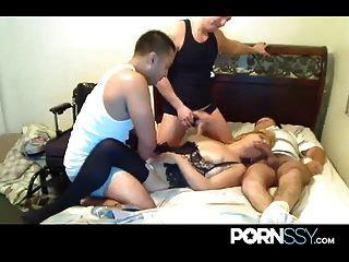 परिपक्व वेश्या अजनबियों द्वारा गड़बड़ हो जाता है