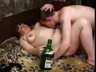 स्वादिष्ट स्तन, मोटा शरीर और लड़का के साथ दादी