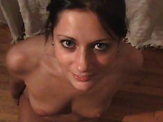 कॉलेज युगल ने छात्रावास के कमरे के बिस्तर पर बहुत अच्छा सेक्स किया