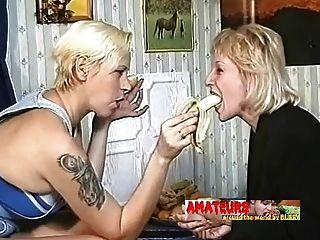 पुराने लेस्बियन केले खाने और पैर की पूजा करते हैं