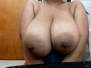 विशाल काले स्तन के साथ खेला