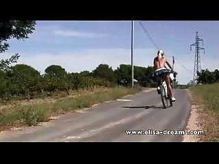 सार्वजनिक और गंदे बाइकिंग में नग्न