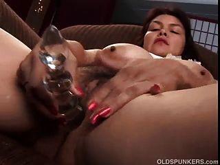 सेक्सी परिपक्व बेब उसके सुंदर बड़े स्तन और वसा से पता चलता है