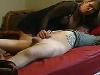 माँ बिस्तर में उसके सौतेले बेटे में मदद नहीं करता