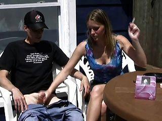 एरिका एक सिगरेट और एक लड़के से झटका धूम्रपान करता है!