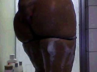 बड़े स्तन एक शॉवर लेने