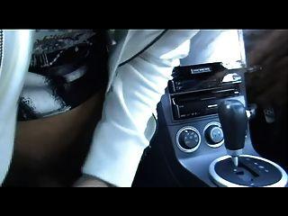 कार में एशियाई लड़का