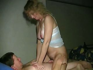 बड़े स्तन के साथ अजीब गोरा उसके प्रेमी की सवारी