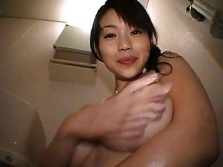 प्यारा जापानी लड़की अपने स्तन के साथ खेल रहा है
