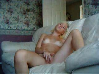 युवा शौकिया गोरा एक सोफे पर हस्तमैथुन!
