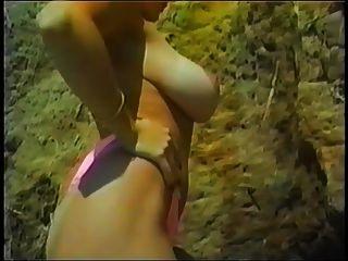 दैनि ऐश ने समुद्र तट पर अपनी तन लाइनों pt.2 दिखाया