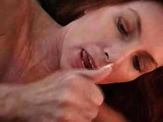 वह अपने मुंह से खेलती है