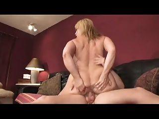 बड़ा titty माँ एक युवा मुर्गा पर शेख़ी