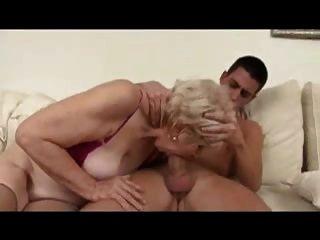 सेक्सी दादी गड़बड़ हो जाता है और एक युवा लड़के द्वारा फूहड़ हो जाता है