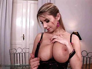 busty कैटरीना उसके बड़े स्तन के साथ खेलता है