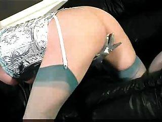 श्यामला सेक्सी नीली अधोवस्त्र में masturbates