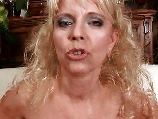 सुनहरे बालों वाली माँ Merilyn बेकार है और fucks