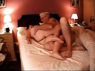 बिस्तर में 60+ युगल