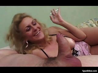 दादी धूम्रपान करते हुए मुर्गा चूसने